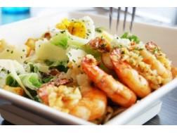 Как приготовить классический салат «Цезарь» с креветками?