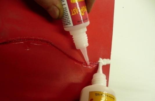 процесс склеивания пластика