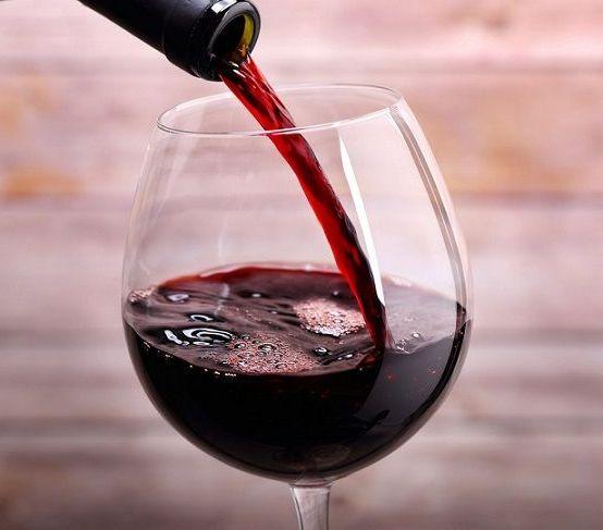 налить в бокал вино