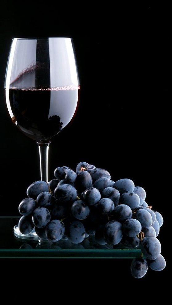 бокал вина с виноградом