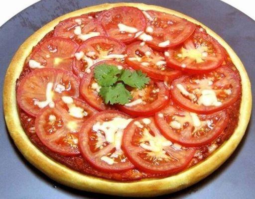 ломтики помидор на пицце