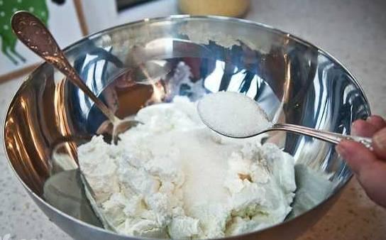 добавить сахарную пудру
