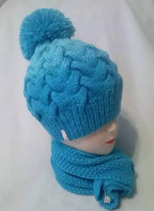 голубая женская шапка