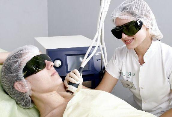 в защитных очках