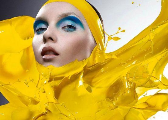 лицо в желтой краске