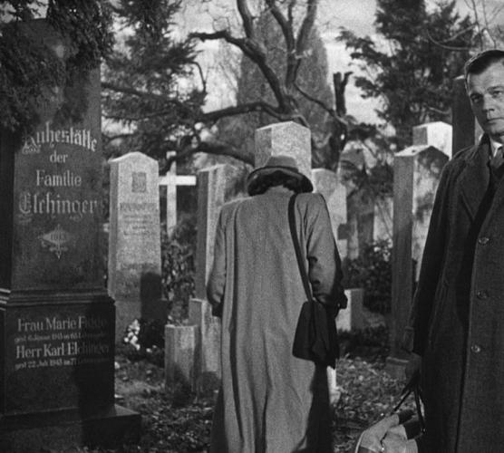 кадр на кладбище